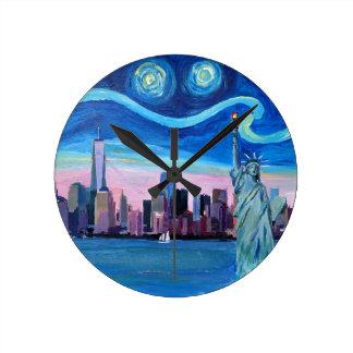 Relógio Redondo Noite estrelado sobre Manhattan com estátua da