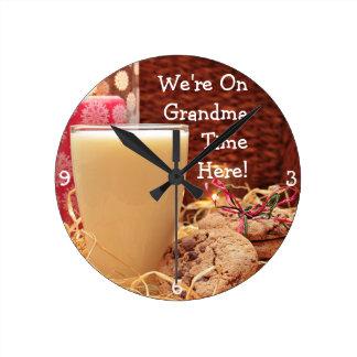 """Relógio Redondo """"Nós estamos no tempo da avó aqui"""" & os biscoitos"""