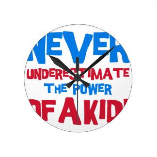 Relógio Redondo Nunca subestime o poder de um miúdo