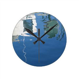Relógio Redondo O barco de pesca reflete na água