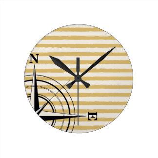Relógio Redondo O compasso náutico NSEW listra o preto do Taupe do