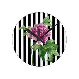 Relógio Redondo O preto cor-de-rosa da peônia listra o chique