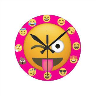 Relógio Redondo O rosa Emoji bonito legal enfrenta o divertimento
