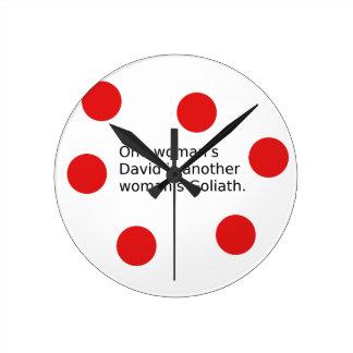 Relógio Redondo O um David da mulher é o Goliath de uma outra