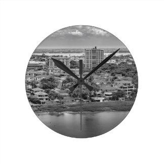 Relógio Redondo Opinião aérea de Guayaquil do plano da janela