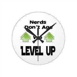 Relógio Redondo Os nerd não nos envelhecem nivelam acima