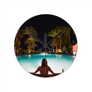 Relógio Redondo Palmas, piscina, mulher e cerveja…