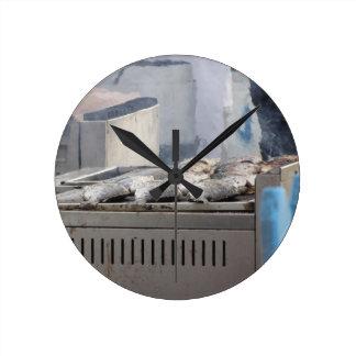 Relógio Redondo Peixes do churrasco fora com o fumo que emerge