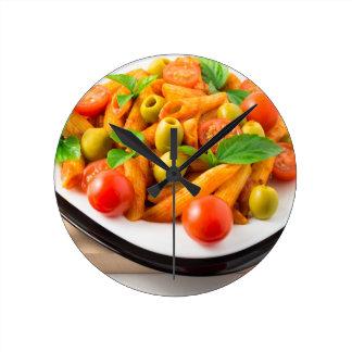 Relógio Redondo Penne italiano da massa no molho de tomate com