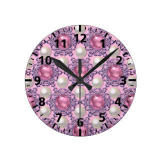 Relógio Redondo Pérolas e jóias no rosa