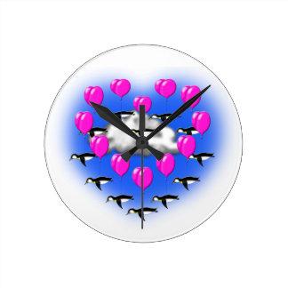 Relógio Redondo pinguins dos namorados, vôo heartshaped
