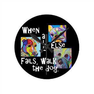 Relógio Redondo Quando todo o outro falha, anda o cão