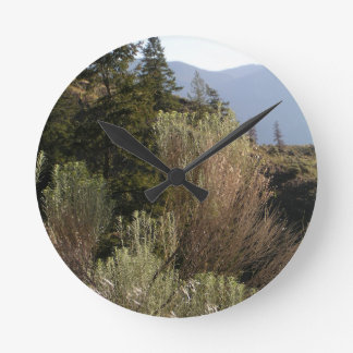 Relógio Redondo Sagebrush e montanhas