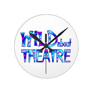Relógio Redondo Selvagem sobre o teatro