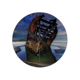 Relógio Redondo Shipwreck de Peter Iredale sob o céu nocturno