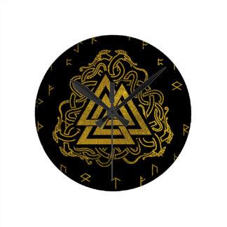 Relógio Redondo Símbolo de Valknut do ouro no teste padrão dos