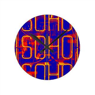 Relógio Redondo Sinal de néon de Soho iluminado em Londres