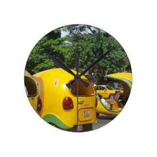 Relógio Redondo Táxis amarelos brilhantes dos Cocos do