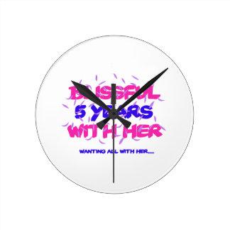 Relógio Redondo Tendendo o 5o design do aniversário do casamento