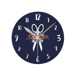 Relógio Redondo Tesouras florais - cabeleireiro dos azuis marinhos