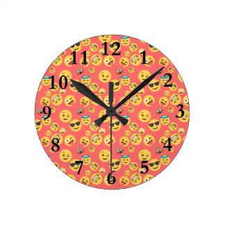 Relógio Redondo Teste padrão vermelho parvo de Emoji