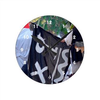 Relógio Redondo tomada abaixo da imagem do poster da bandeira de