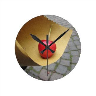 Relógio Redondo Uma cereja vermelha no papel da comida da palha