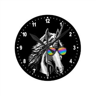 Relógio Redondo Unicórnio legal com sunglass do arco-íris