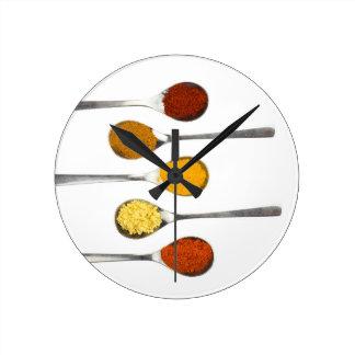 Relógio Redondo Várias especiarias do tempero em colheres do metal