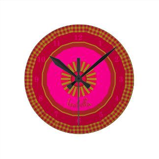 Relógio Redondo Verificações de Strawberry Fields Monogrammed