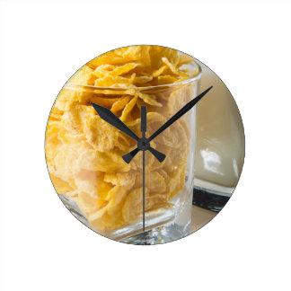 Relógio Redondo Vidro do cereal seco e um vidro do leite