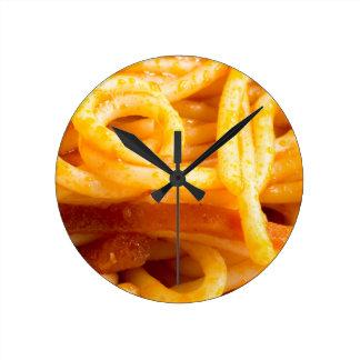 Relógio Redondo Vista macro detalhada nos espaguetes cozinhados em