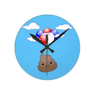 Relógio Redondo Vôo de Poo Emoji com os balões no céu azul
