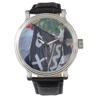 Relógio tomada abaixo da imagem do poster da bandeira de