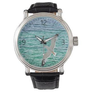 Relógio Vôo da gaivota acima de um mar