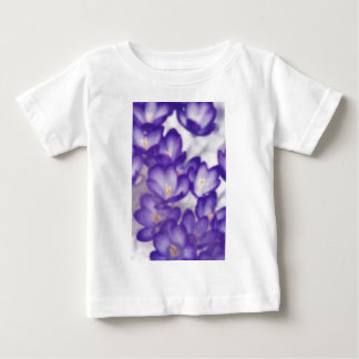 Remendo da flor do açafrão da lavanda camiseta para bebê