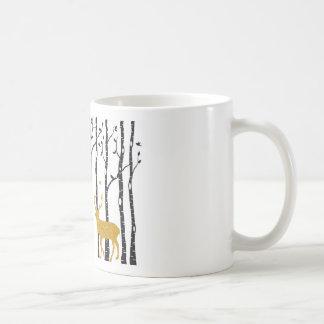 Rena na floresta da árvore de vidoeiro caneca de café