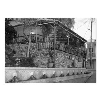 Restaurante do Cretan em uma rua abandonada Foto
