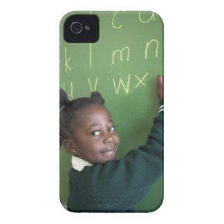 Retrato da estudante de sorriso escrevendo no capa para iPhone