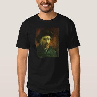 Retrato de auto com o chapéu de feltro escuro t-shirt