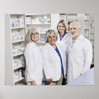 Retrato de quatro farmacêuticos de sorriso poster
