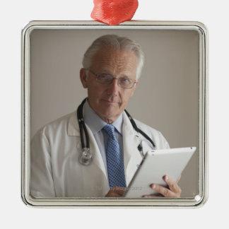 Retrato de um médico que guardara um digital ornamento quadrado cor prata