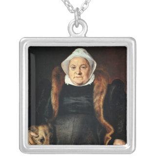 Retrato de uma mulher idosa colar com pendente quadrado
