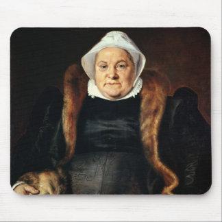 Retrato de uma mulher idosa mousepads