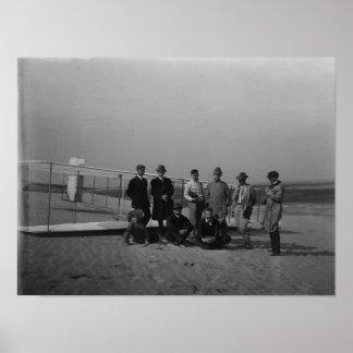 Retrato do grupo na frente do planador no matar pôster