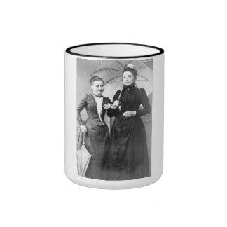 """RETRATO """"HERMINE SISTERS"""" (1890S) CANECA COM CONTORNO"""