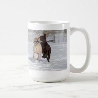 Retrievers de Labrador que jogam na neve Caneca De Café