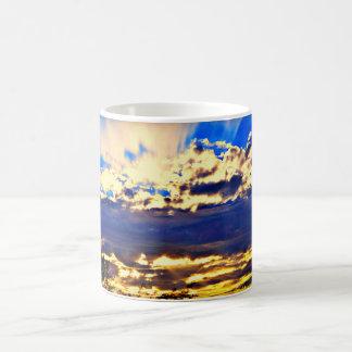 Rio na caneca de café das nuvens
