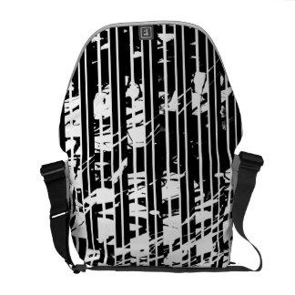 Riscas preto e branco afligidas bolsa mensageiro