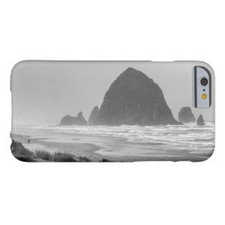 Rocha do monte de feno na praia do canhão capa barely there para iPhone 6
